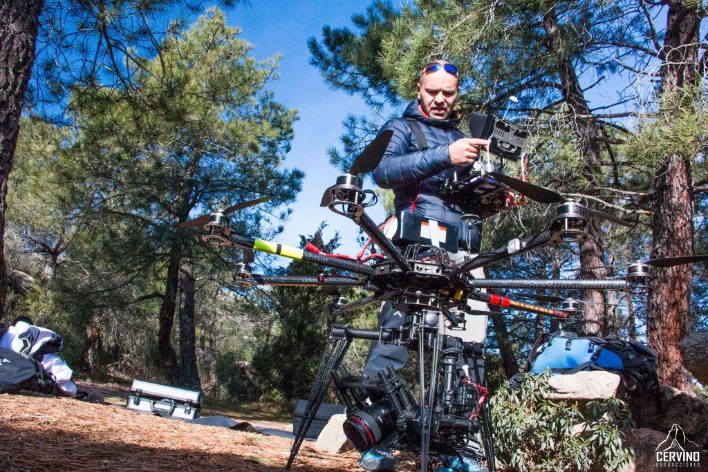 Rafael Castrillo: Operador de drones y Movi. Director de la empresa i-dron . Para este gran proyecto hemos recurrido a las más que sorprendentes grabaciones aéreas realizadas con drones. Dada la complejidad de algunos de los planos aéreos, así como las locacizaciones. Hemos necesitado contar con uno de los mejores pilotos de drones. La prueba irrefutable se haya en la calidad de algunos aéreos que hemos conseguido grabar para esta película.