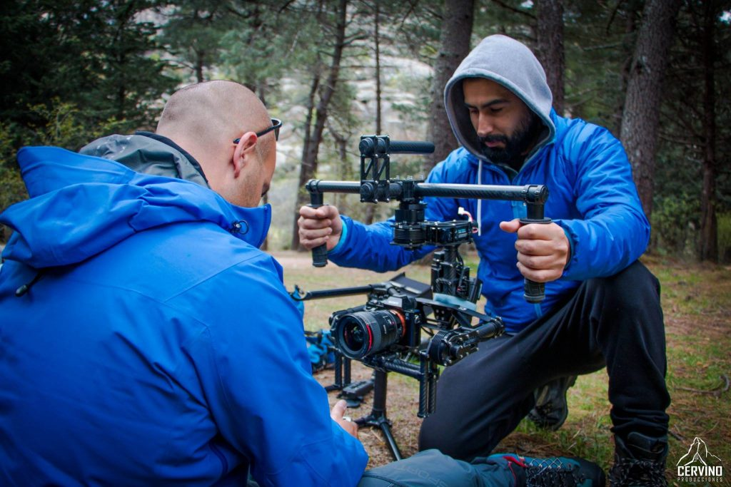 """Jorge Saffie: Director de fotografía y operador de cámara. Jorge ya es un viejo conocido dentro de Cervino Producciones, trabajó como director de fotografía en la pelicula de """"Pedaladas contra el destino"""" galardonada con 8 premios internacionales. y en esta ocasión, nuevamente ha sido un placer el poder contar con el."""